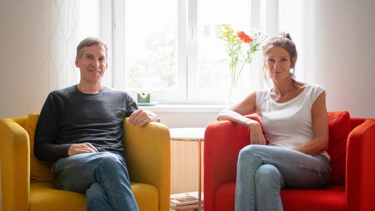 Cornelia & Josef sitzen auf Stühlen